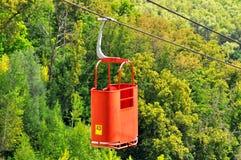 Drahtseilbahn im Sommer Fahrt hinunter den Hügel lizenzfreies stockbild