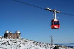 Drahtseilbahn und das Beobachtungsgremium im hohen Tatras Lizenzfreie Stockfotos
