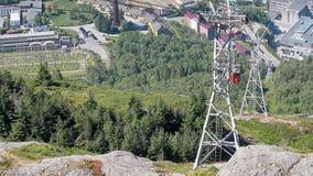 Drahtseilbahn und Gondel, die oben steigen Bergen, Norwegen stock video footage