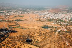 Drahtseilbahn und Pushkar-Stadt von Savitri Mata Temple in Indien lizenzfreies stockbild