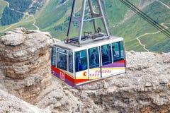 Drahtseilbahn von Sass Pordoi-Gebirgsgebirgsmassiv, Dolomit, Italien stockfotos