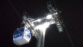 Drahtseilbahnaufzug am Skiort Nachtskifahren von den Bergen stock video footage