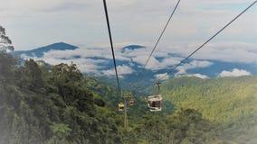 Drahtseilbahnen hoch im Berg Stockbilder