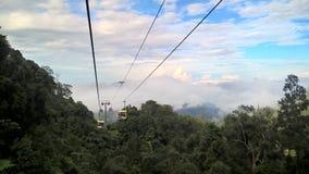 Drahtseilbahnen hoch im nebelhaften Berg Lizenzfreies Stockfoto