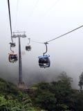 Drahtseilbahnen im Nebel Stockfotos
