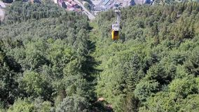 Drahtseilbahngondel über Abhang Bergen, Norwegen stock footage
