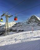 Drahtseilbahnkabinen auf Wintersport nehmen in den Schweizer Alpen Zuflucht Stockbilder