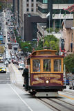 Drahtseilbahntram in San Francisco, welches oben die Straße klettert Lizenzfreies Stockfoto