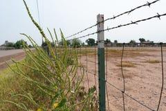 Drahtzaun entlang dem Feld stockbild