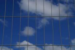 Drahtzaun mit blauem Himmel Lizenzfreie Stockbilder