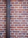 Drain contre le mur de briques Photographie stock