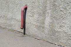 Drain dans un mur Le tuyau qui colle hors d'un mur Photographie stock