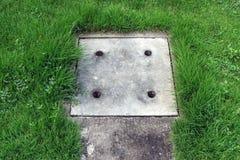 Drainage concrete dekking met het groene rond gras Stock Afbeelding