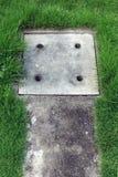 Drainage concrete dekking met het groene rond gras Royalty-vrije Stock Foto