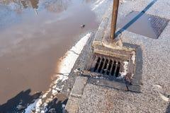 Drainage of riolerings het systeem van het mangatnet op de weg van het straatasfalt nutteloos wegens beschadigd tarmac met het ho stock afbeeldingen