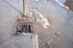 Drainage of riolerings het systeem van het mangatnet op de weg van het straatasfalt nutteloos wegens beschadigd tarmac met het ho royalty-vrije stock afbeeldingen