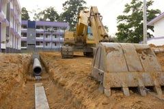 Drains de creusement pour empêcher inondation Image stock