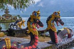 Drakar i det Pura Ulun Danu Beratan territoriet på den Bali ön Arkivfoton