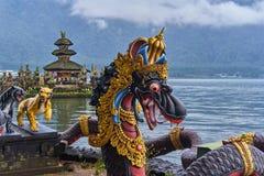 Drakar i det Pura Ulun Danu Beratan territoriet på den Bali ön Arkivbilder