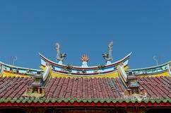 Drakar och eldkula på taket av den Vihara Buddha Prabha, Yogyakarta Royaltyfri Fotografi