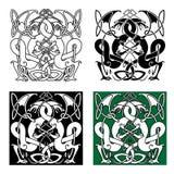 Drakar som flätas ihop i traditionella celtic prydnader Arkivbild