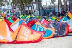 Drakar som lämnas för att torka på Bulabog strand, en av de mest eftersökta fläckarna för kiteboarding Royaltyfri Foto