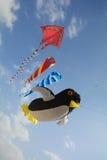 Drakar som rider vindarna, upp i himlen Royaltyfri Foto