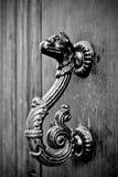 Drake-formade handtag av en forntida dörr fotografering för bildbyråer