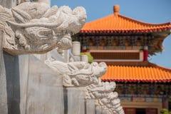Drake-formade stenar som smyckar väggarna av gåvägen i en kinesisk tempel Arkivfoto
