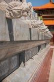 Drake-formade stenar som smyckar väggarna av gåvägen i en kinesisk tempel Royaltyfri Bild