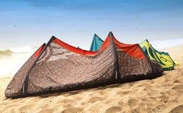 Drake kitesurfing som kiteboarding Arkivbilder