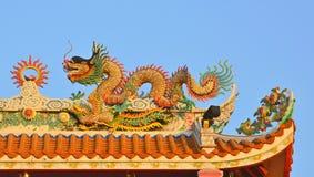 Drake på det kinesiska tempeltaket i Thailand Royaltyfri Fotografi