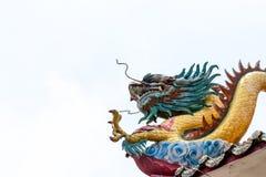 Drake p? det kinesiska tempeltaket royaltyfria foton