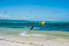 Drake som surfar på Boracay Arkivbilder