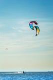 Drake-surfa på bakgrunden av det blåa havet Royaltyfria Bilder