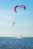 Drake-surfa på bakgrunden av havet och himmel Arkivfoton