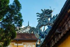 Drakedekor på paviljong i trädgård av citadellen i ton vietnam arkivbilder