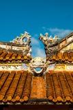 Drakedekor på paviljong i trädgård av citadellen i ton vietnam royaltyfria bilder
