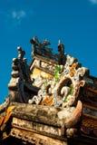 Drakedekor på paviljong i trädgård av citadellen i ton vietnam royaltyfria foton