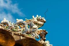 Drakedekor på paviljong i trädgård av citadellen i ton vietnam arkivfoto