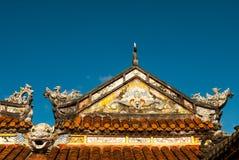 Drakedekor på paviljong i trädgård av citadellen i ton vietnam arkivbild