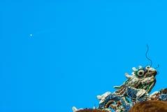 Drakedekor på paviljong i trädgård av citadellen i ton vietnam royaltyfri bild