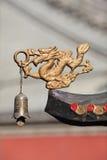 Drakediagram med klockan som garnering av Taoisttemplet, Peking, Kina royaltyfri fotografi