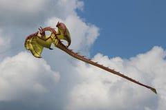 Drakeflyg mot bakgrunden av moln Arkivfoton