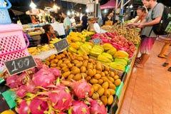 Drakefrukt och andra exotiska nya produkter som säljer vid gatuförsäljare på storstadmarknad Royaltyfria Foton