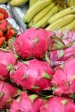 Drakefrukt och banan royaltyfri foto