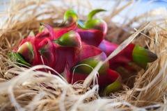 Drakefrukt på sugröret arkivfoton