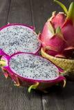 Drakefrukt på trägolv Fotografering för Bildbyråer