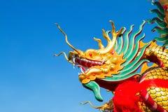 Drakehuvud på bakgrund för blå himmel Royaltyfria Bilder