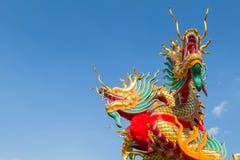 Drakehuvud på bakgrund för blå himmel Arkivbilder